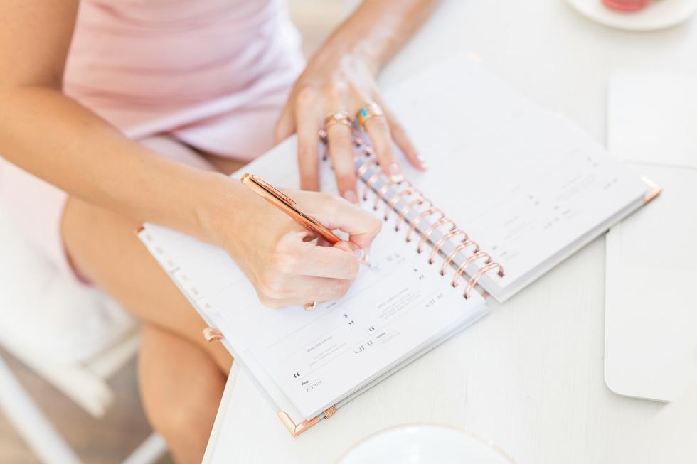 Lady-BOSS-Diar-2019_Rosegold-na-pracovnom-stole